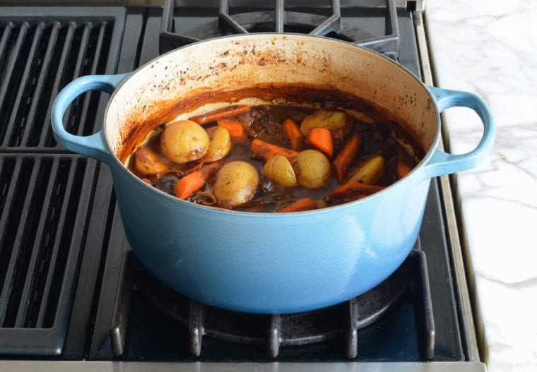 Quay trở lại lò nướng và tiếp tục nấu trong một giờ, hoặc cho đến khi thịt chín, nước dùng được làm đặc, và cà rốt và khoai tây mềm.