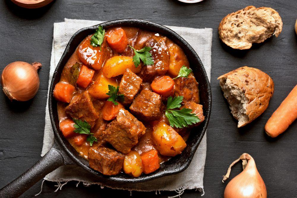 Món thịt hầm bò một nồi thịnh soạn này là hoàn hảo cho một buổi tối mùa đông lạnh giá.